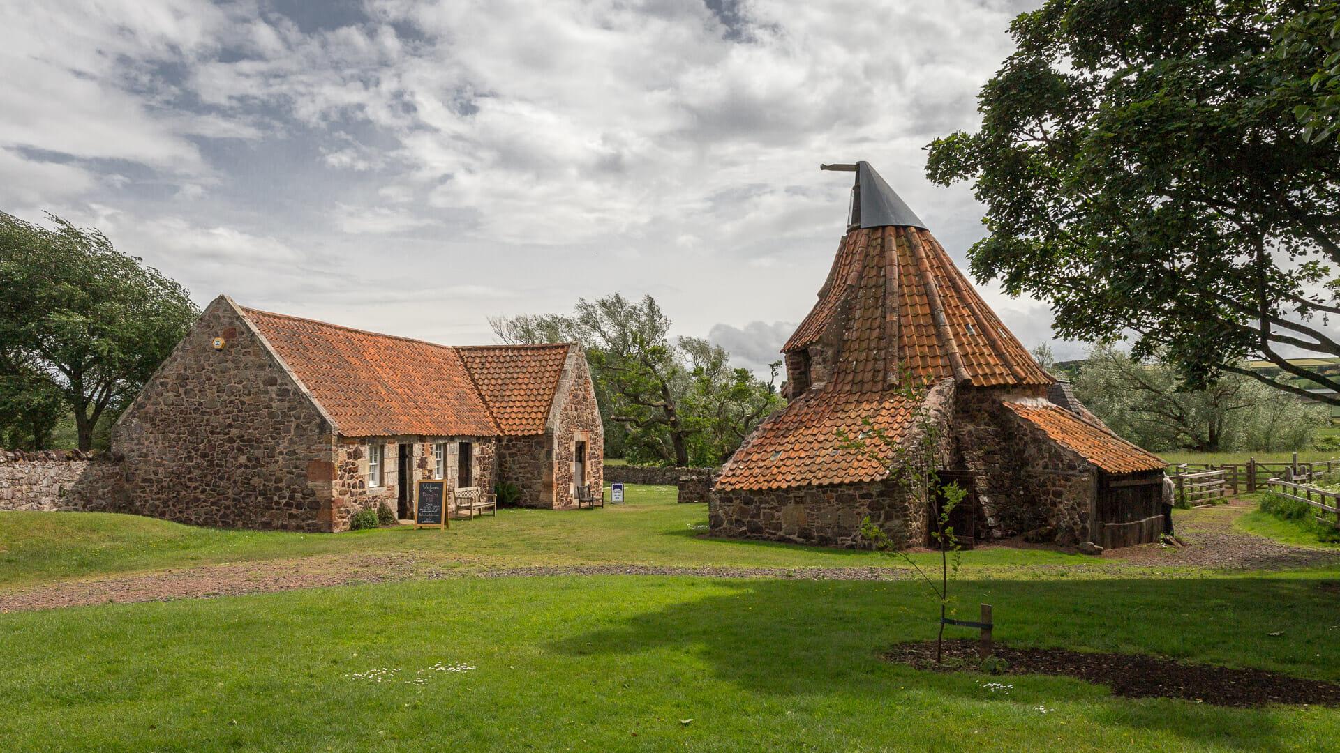 Links das Haus der Müllerfamilie, rechts die Mühle