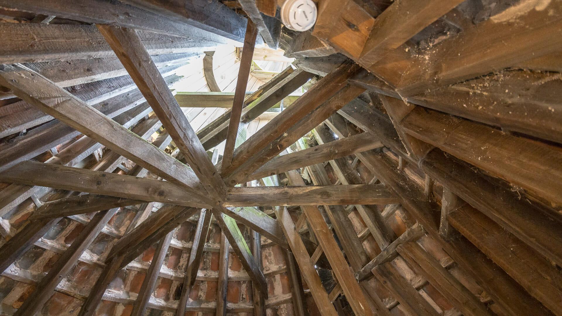 Das Dach des Trockenbodens von innen