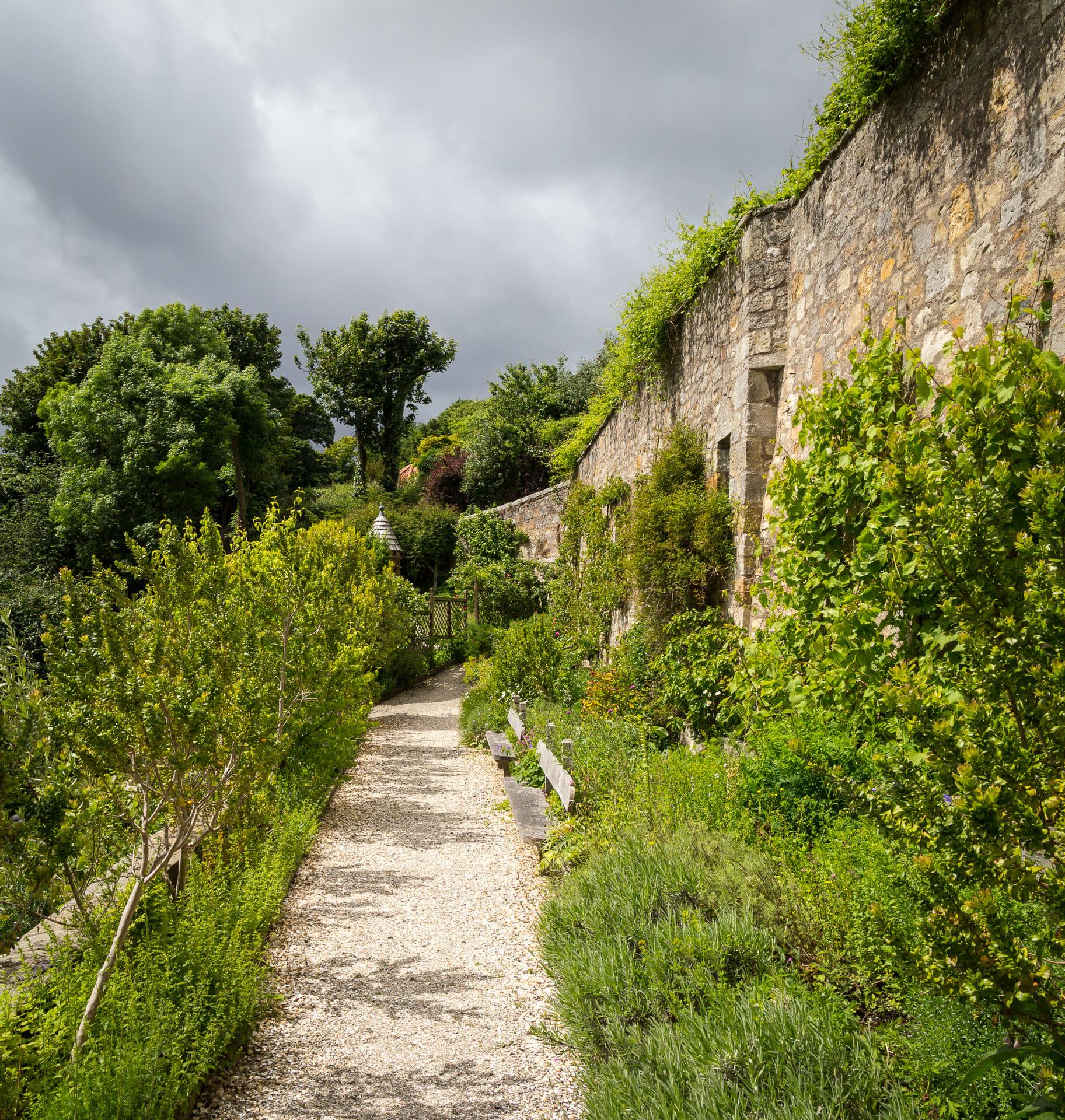 Die Mauer am Ende des Gartens