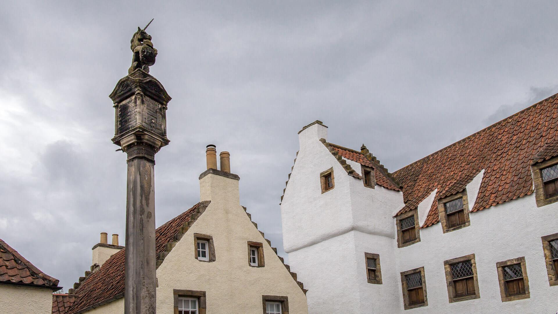 Mercat Cross mit dem Turm der Study im Hintergrund