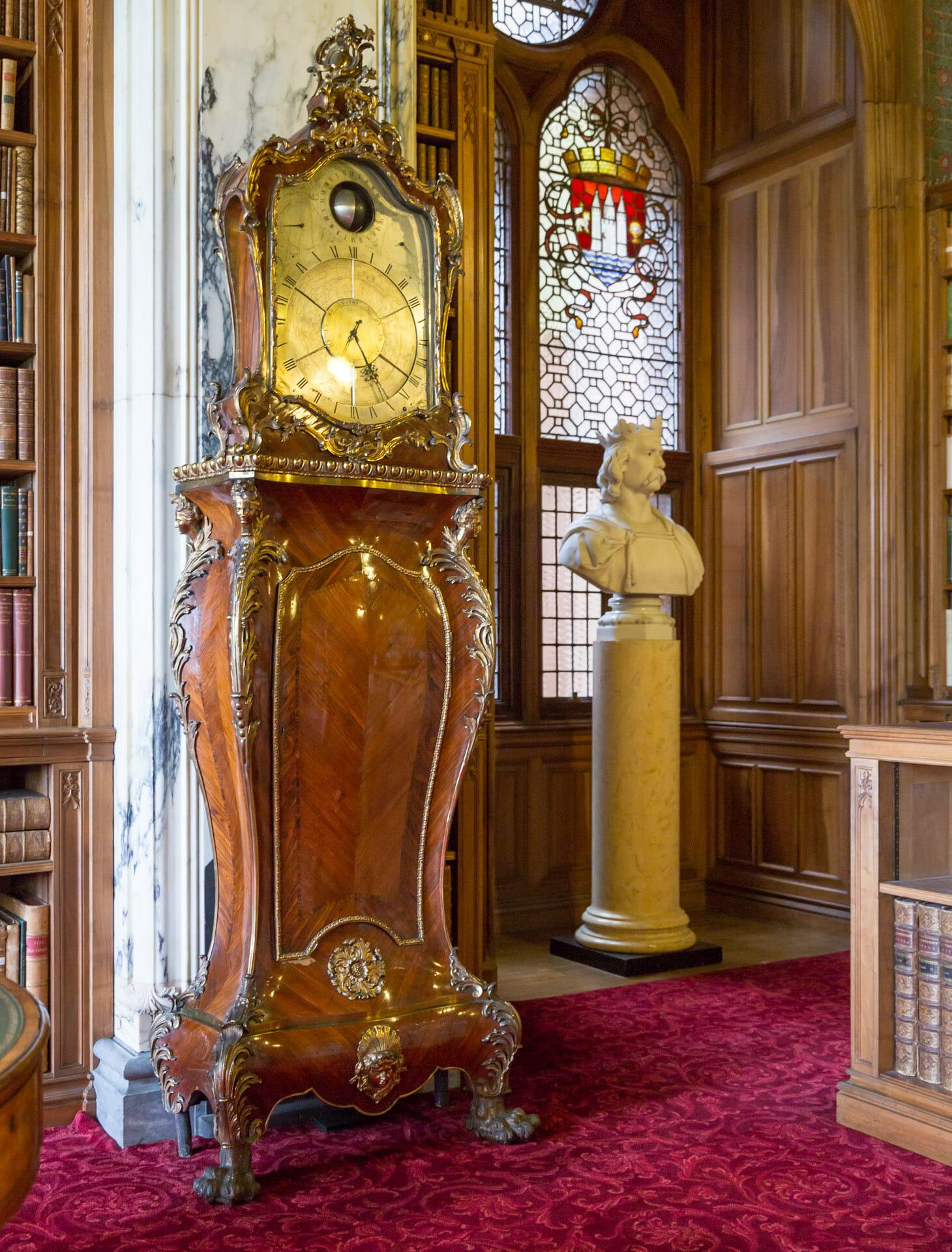 Alte Uhr in der Bibliothek