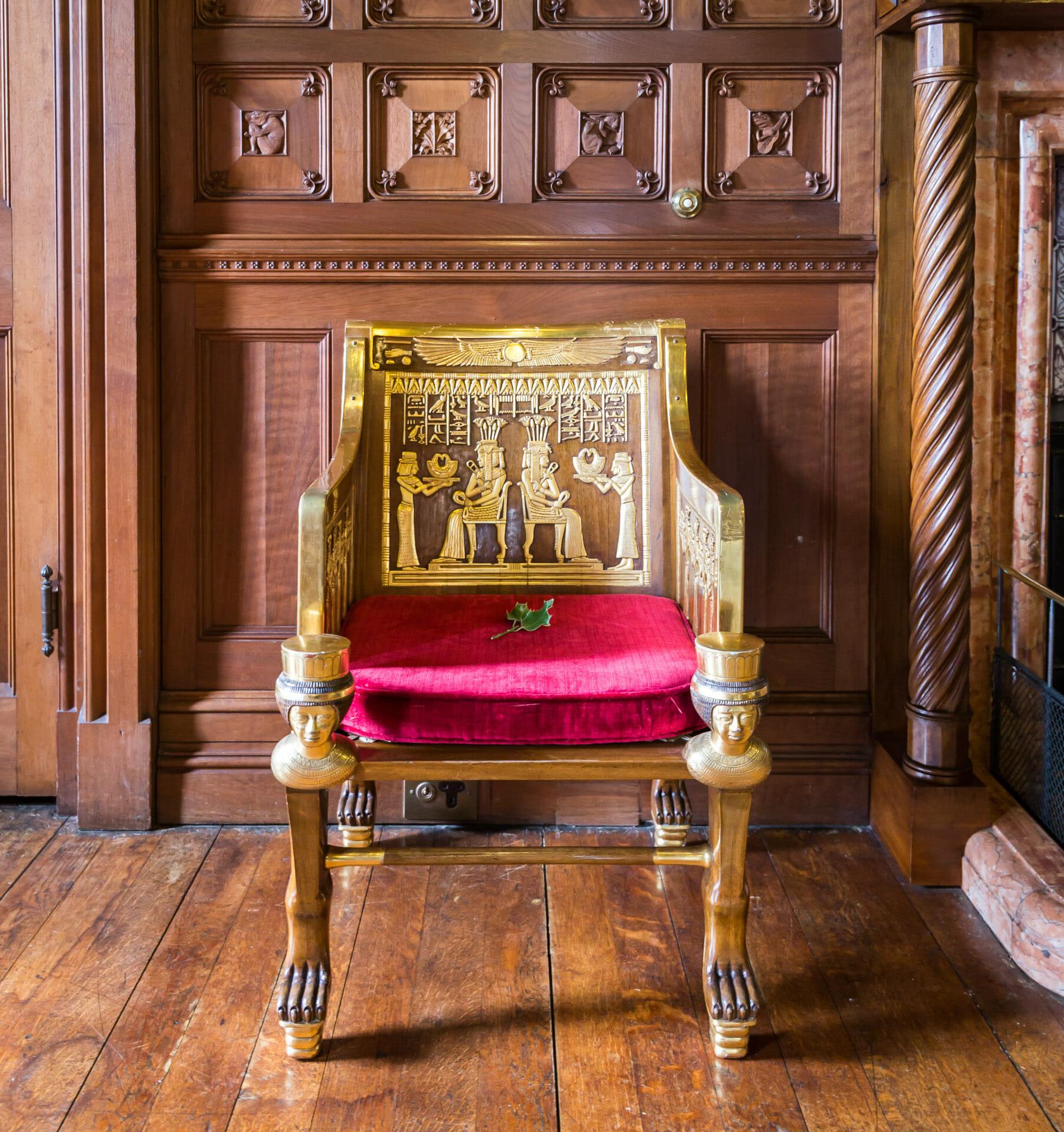 Stuhl mit ägyptischen Verzierungen