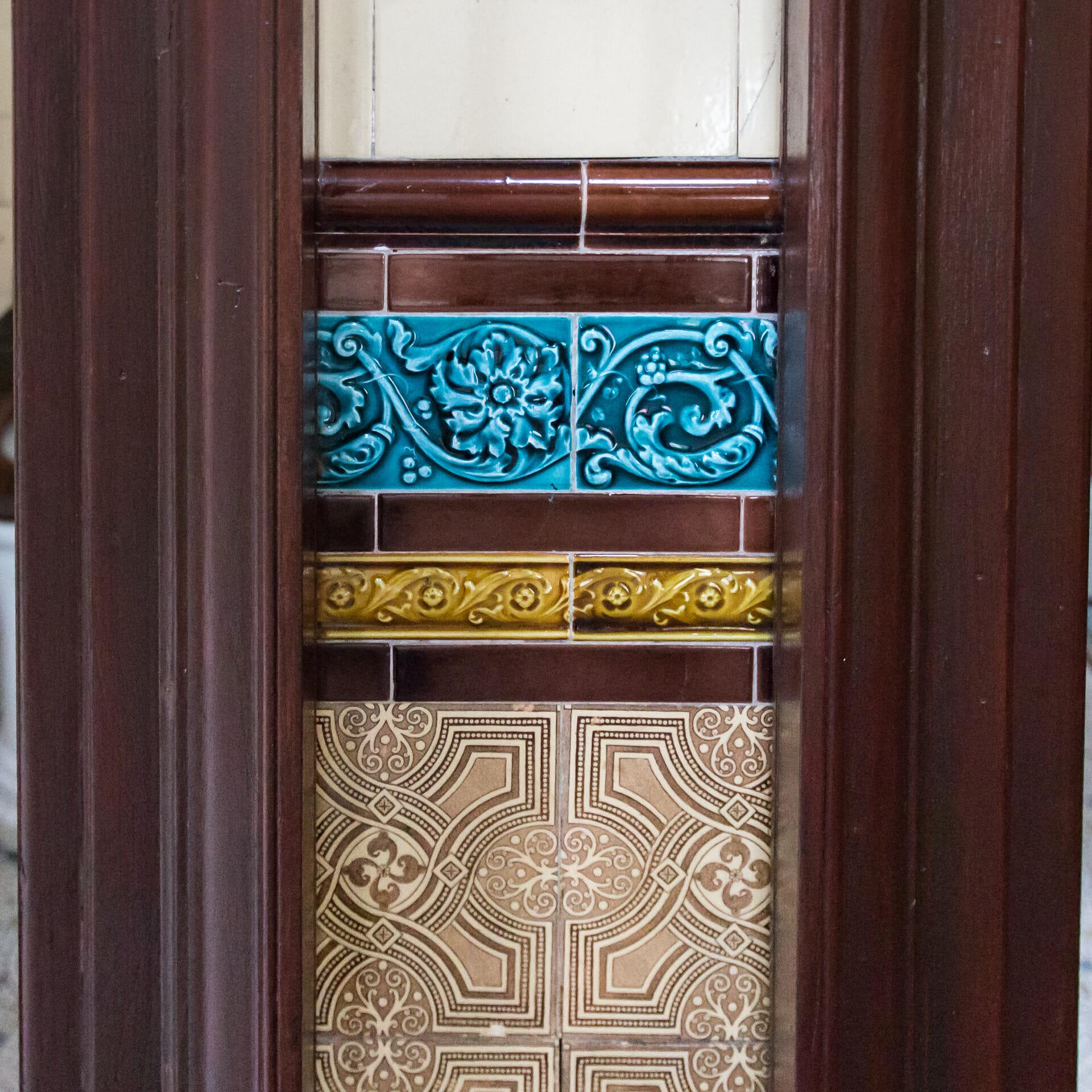 Keramik an den Wänden der Herrentoilette