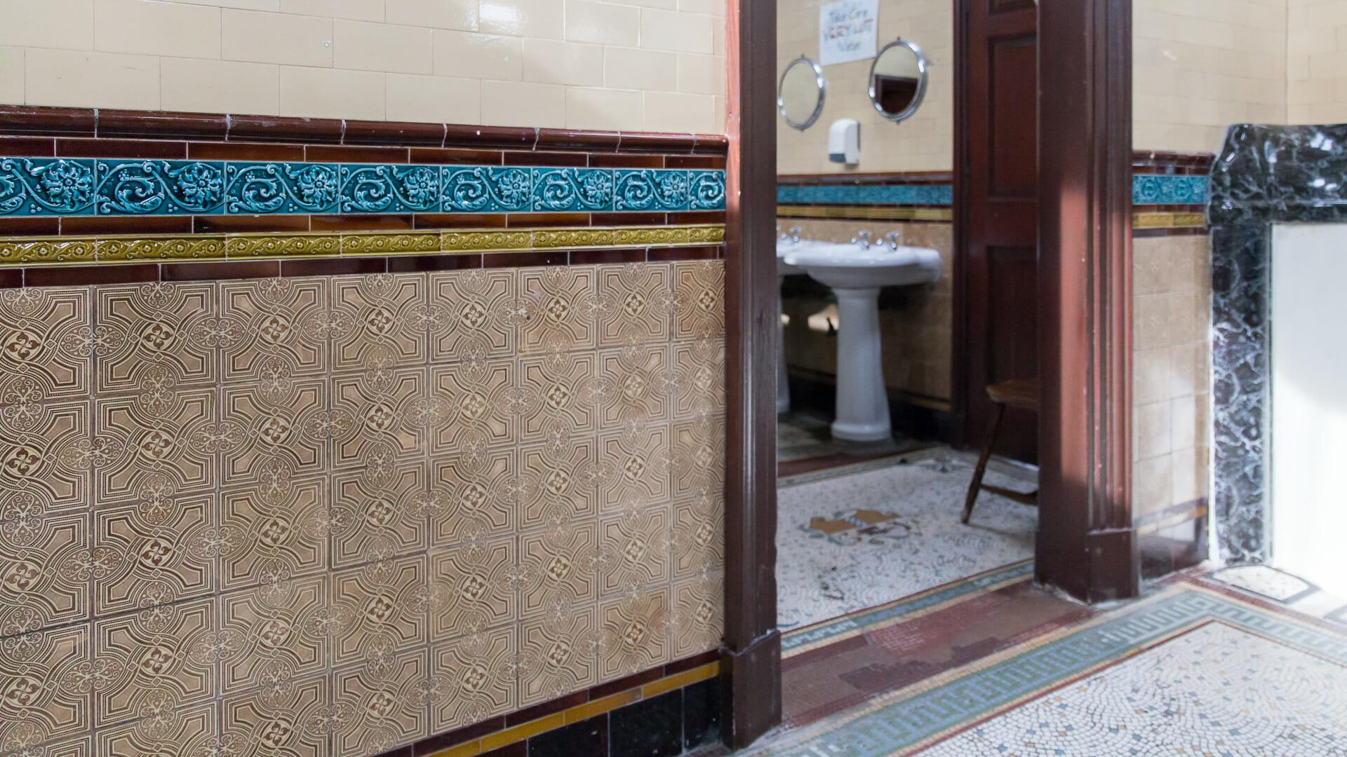 Keramik und Mosaike, am Eingang das Wappen von Rothesay