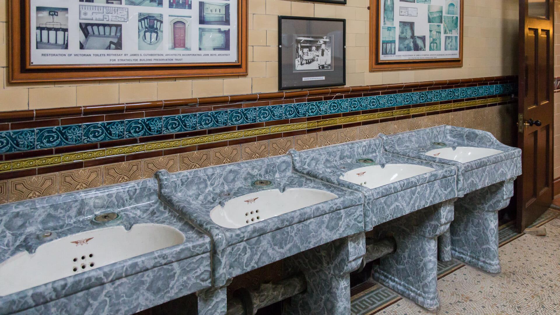 Handwaschbecken in der Männertoilette
