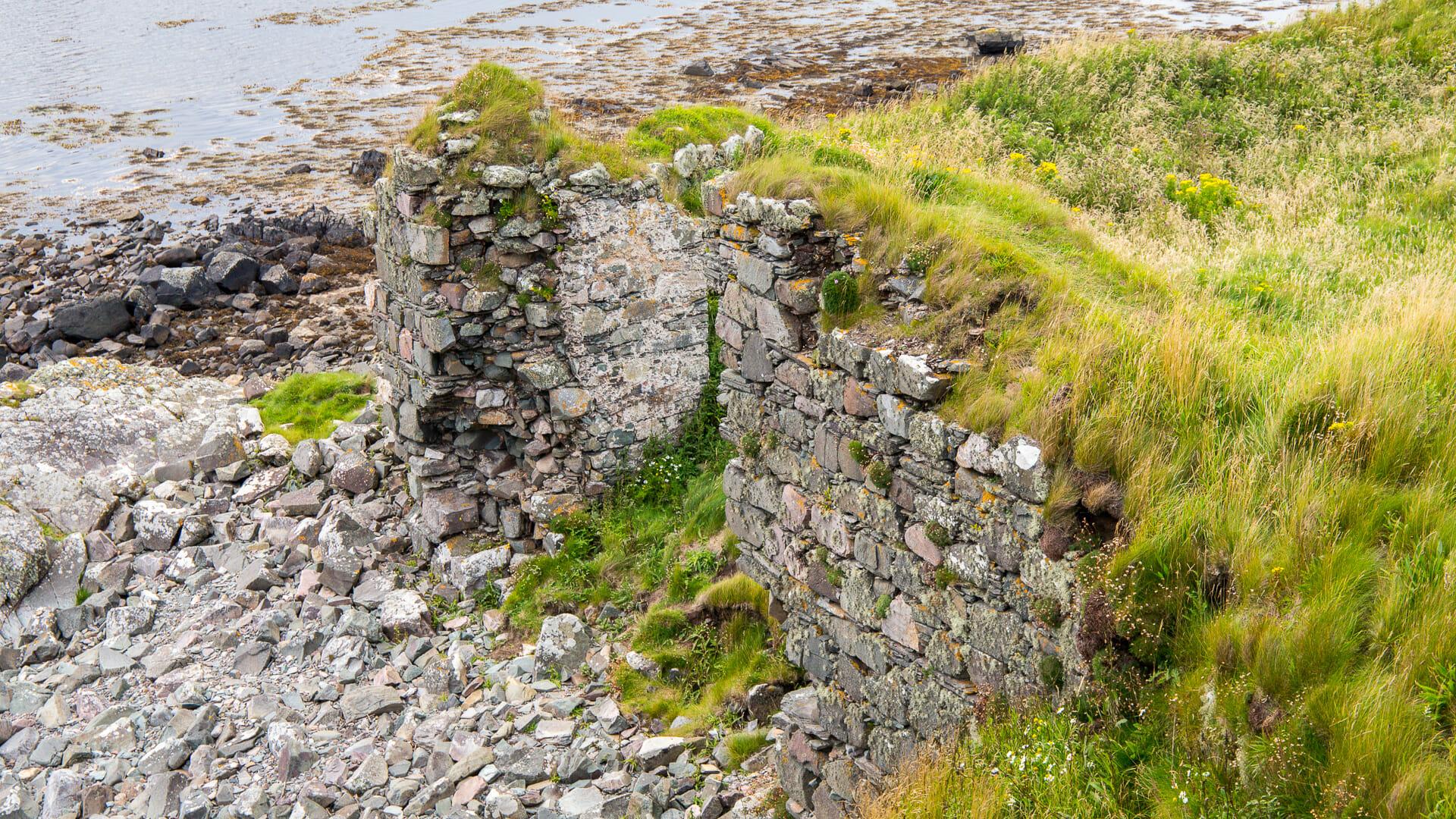 Die alten Hofmauern unterhalb Dunyvaig Castle