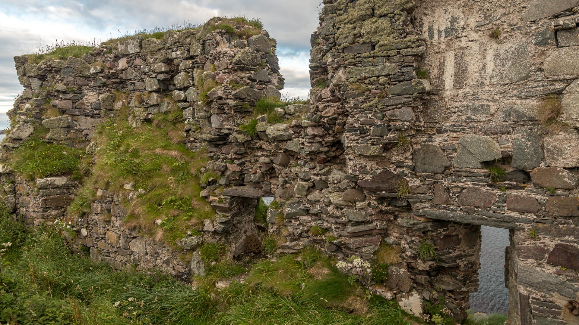 Alte Burgmauern von Dunyvaig