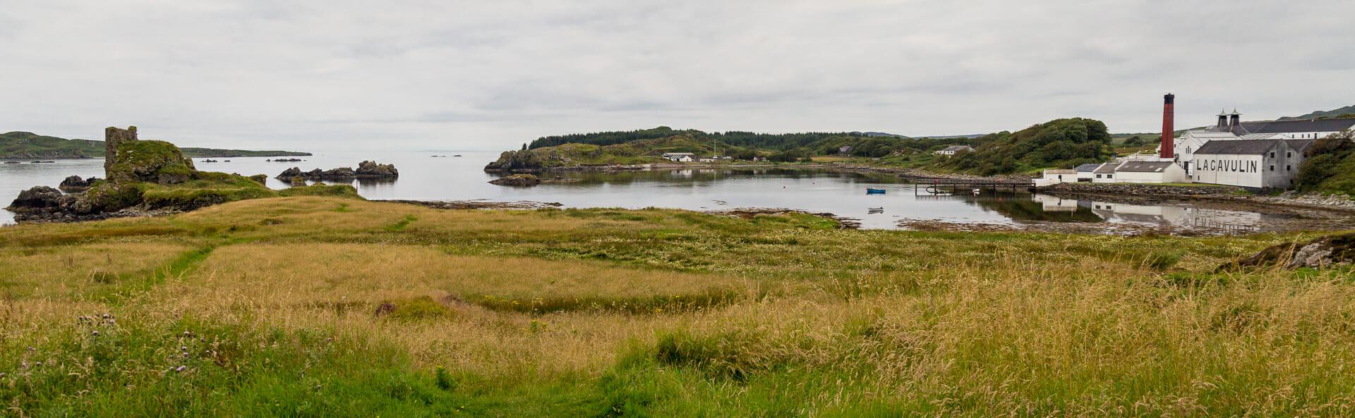 Die Bucht mit der Burg und der Destillerie