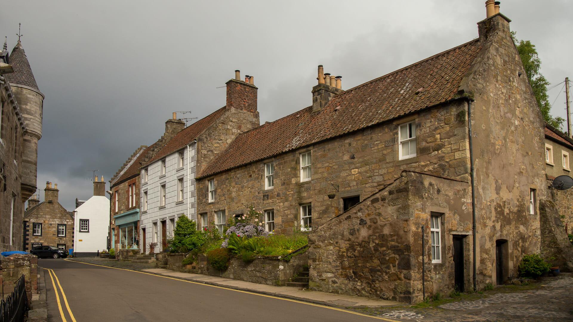 Häuser mit Gärten an der High Street