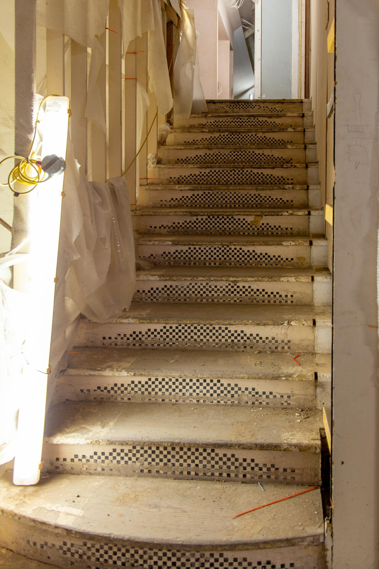Die Treppen sind mit winzigen schwarzen Quadraten verziert