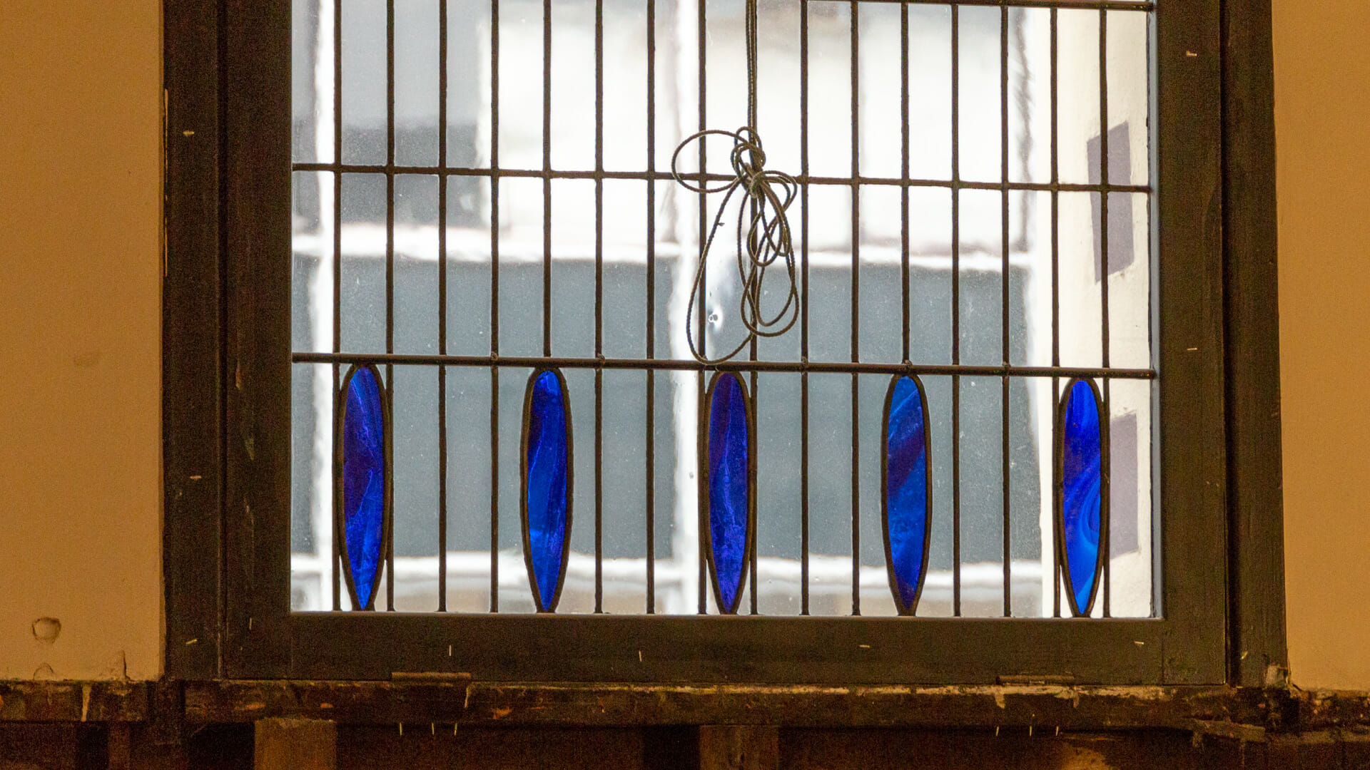 Fenster mit Kobaltglaseinsatz