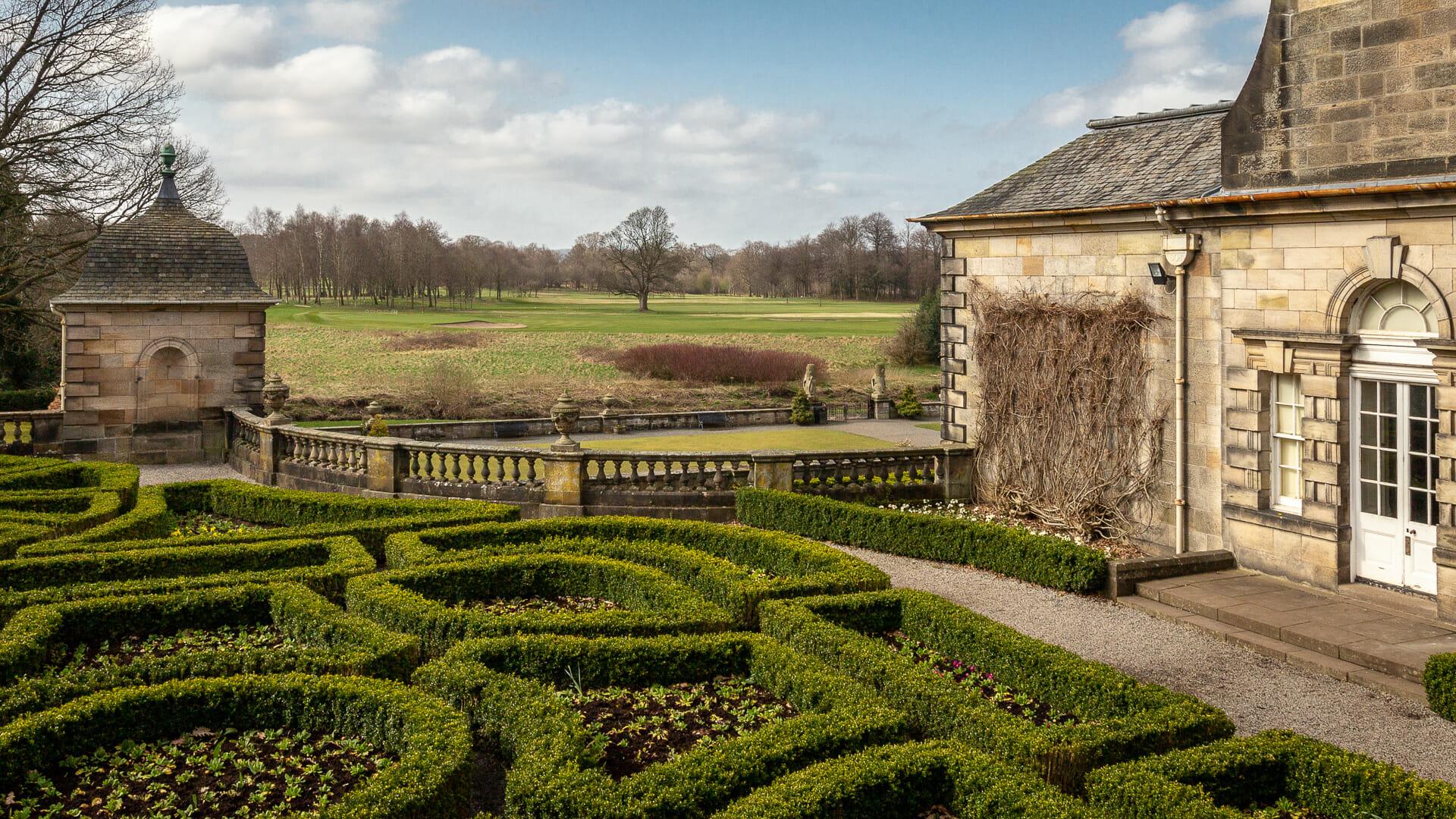 Die seitlichen Gärten mit Blick in den Park