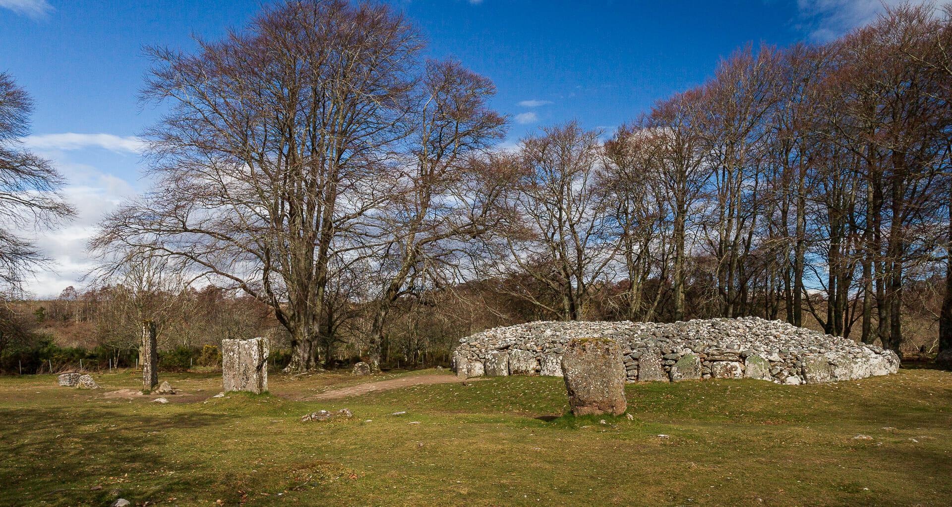 Clava Cairn mit Steinkreis