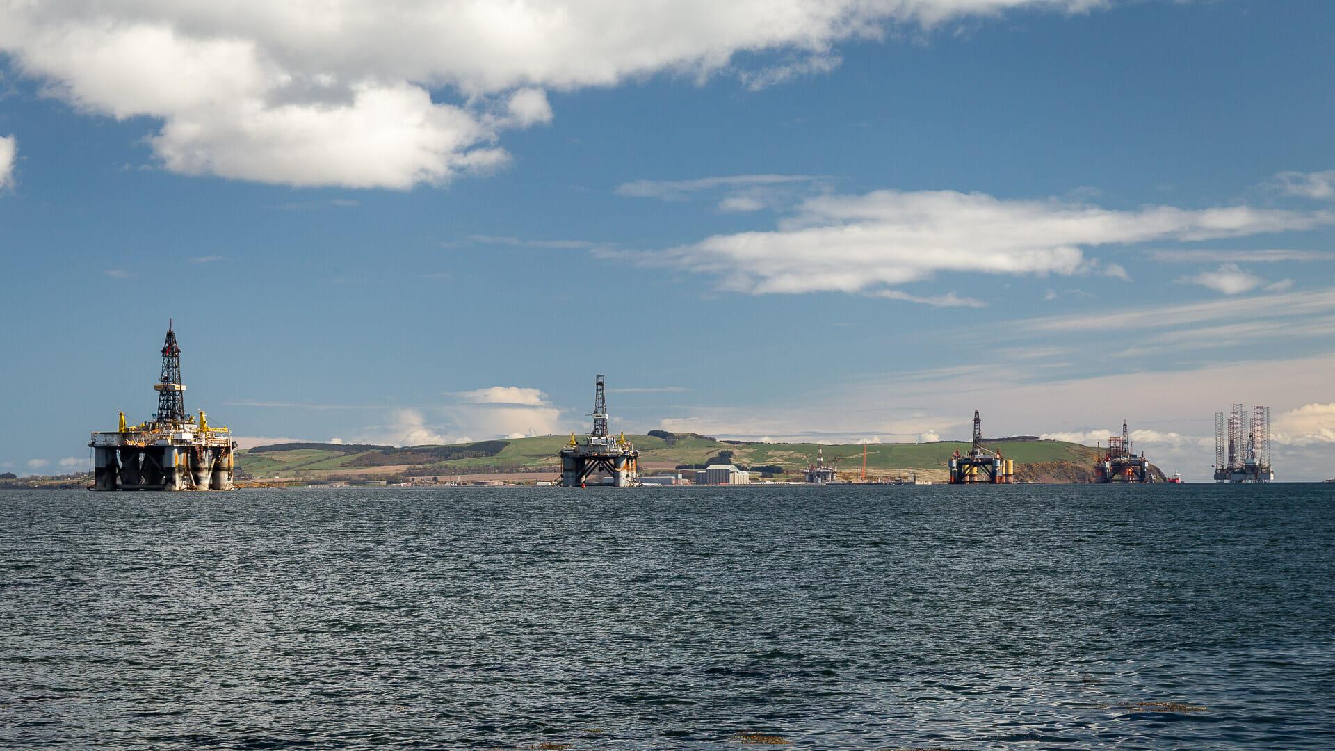 Blick auf die Bohrinseln im Cromarty Firth