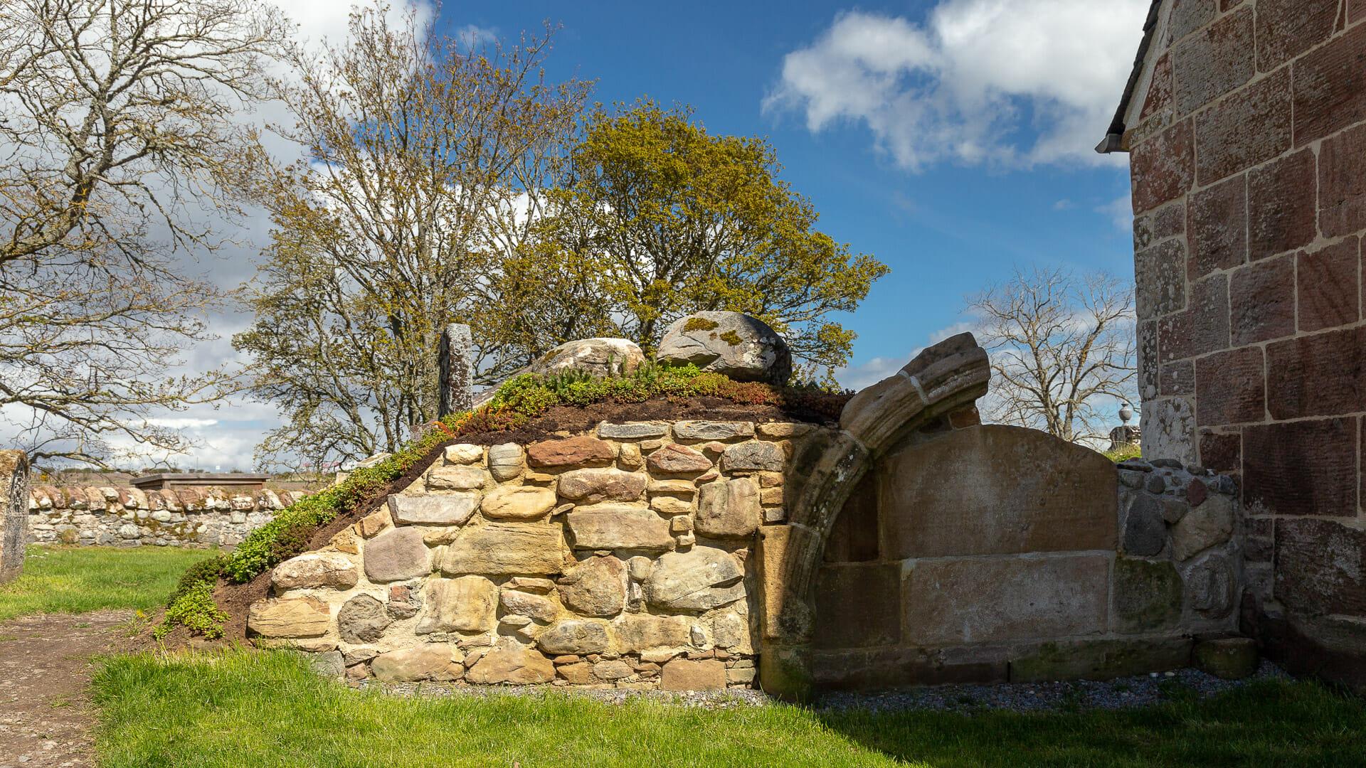 Bogen eines alten Grabes im Inneren der alten Kirche