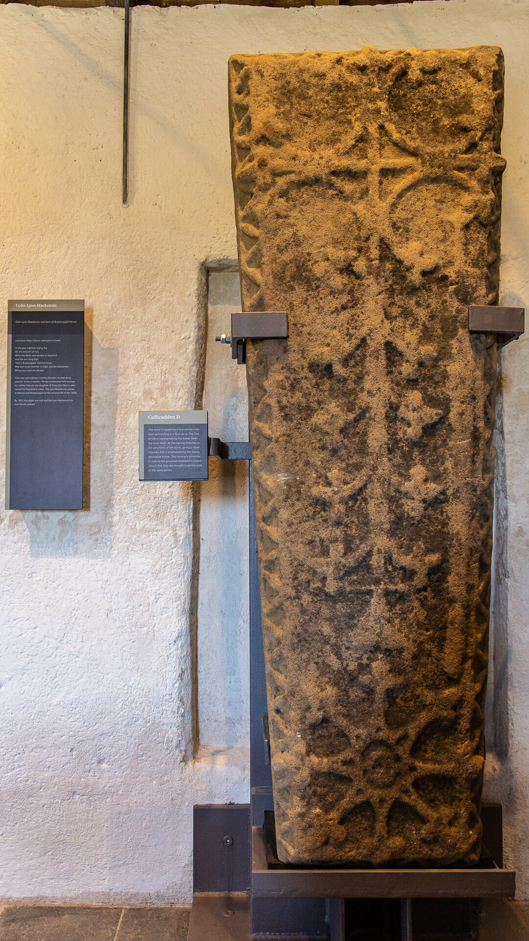 Mittelalterlicher Grabstein in der Kapelle
