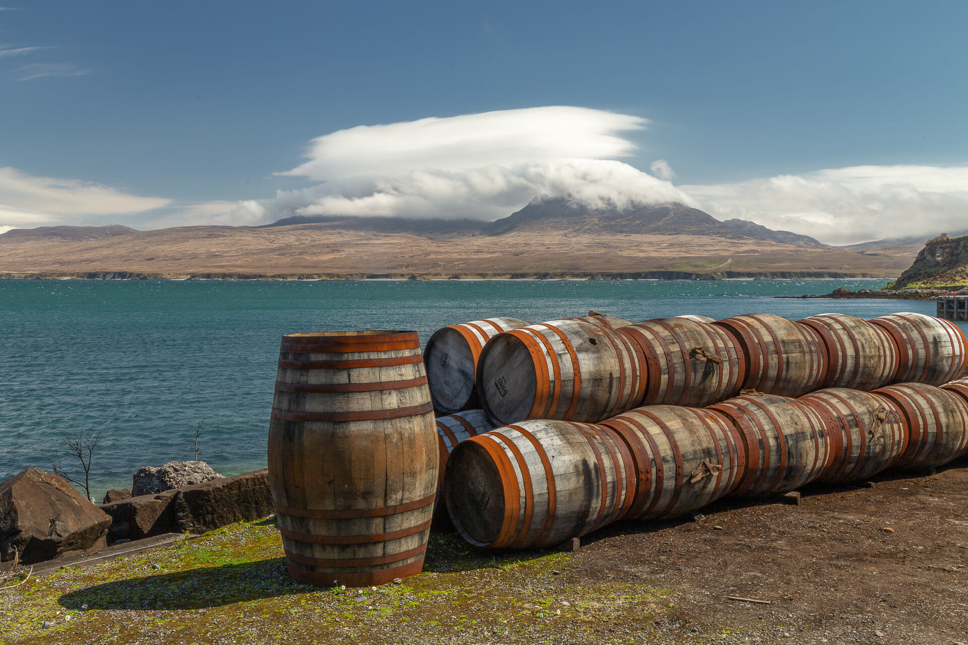 Whisky-Fässer bei Bunnahabhain mit Blick auf die Insel Jura