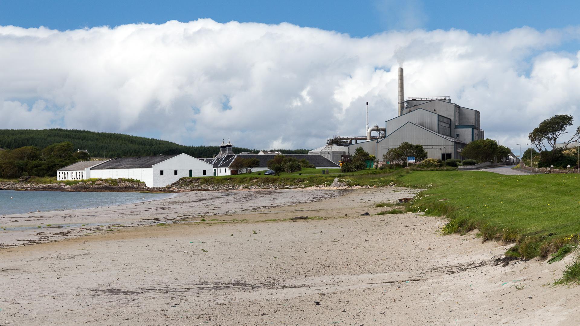 Port Ellen Maltings vom Ort aus gesehen