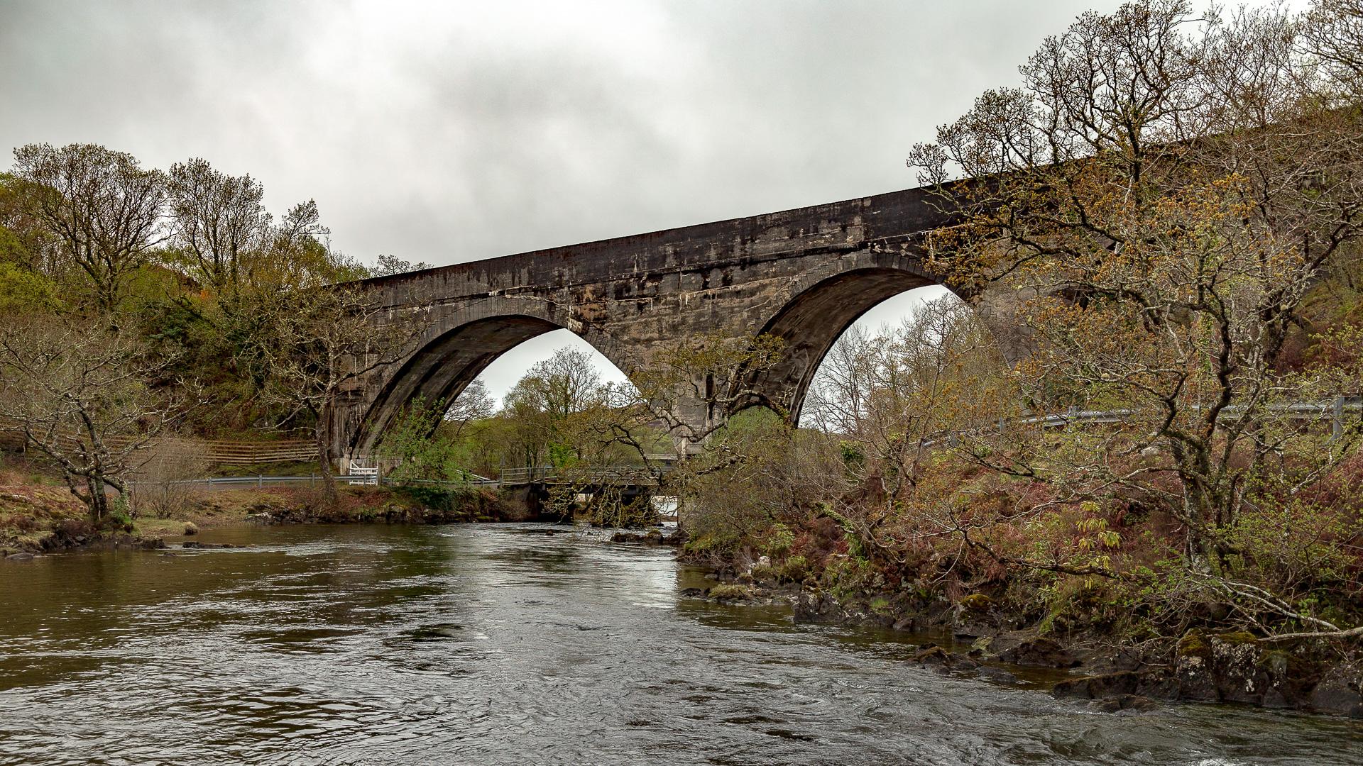 Das Eisenbahn-Viadukt über den Fluss Morar