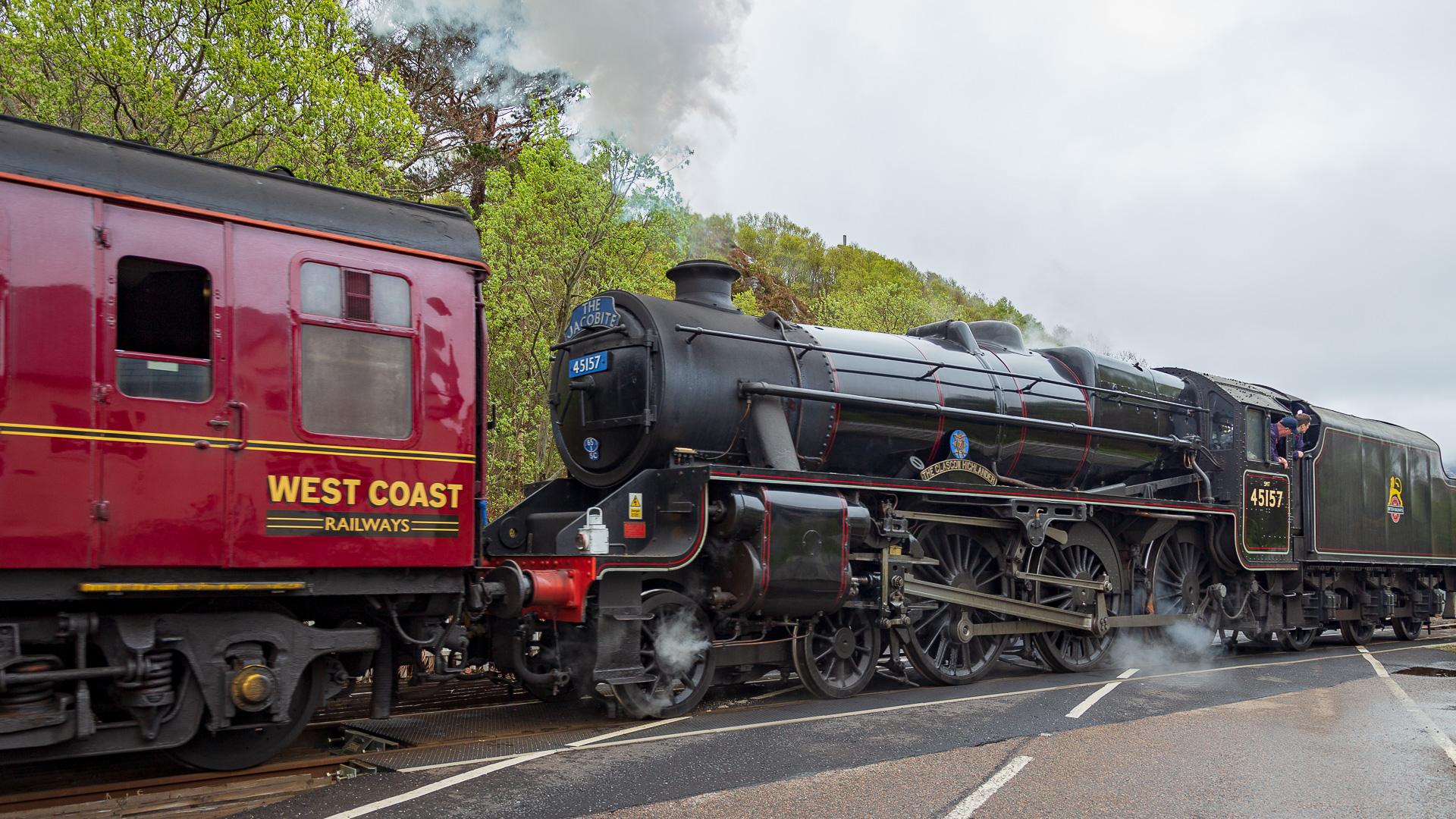 Jakobite Steam Train bei der Straßenkreuzung von Morar