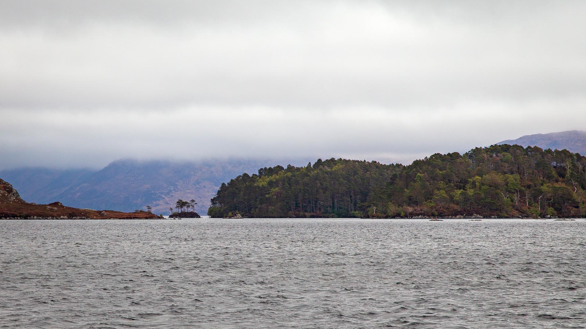 Blick auf das Loch Morar mit seinen Inseln