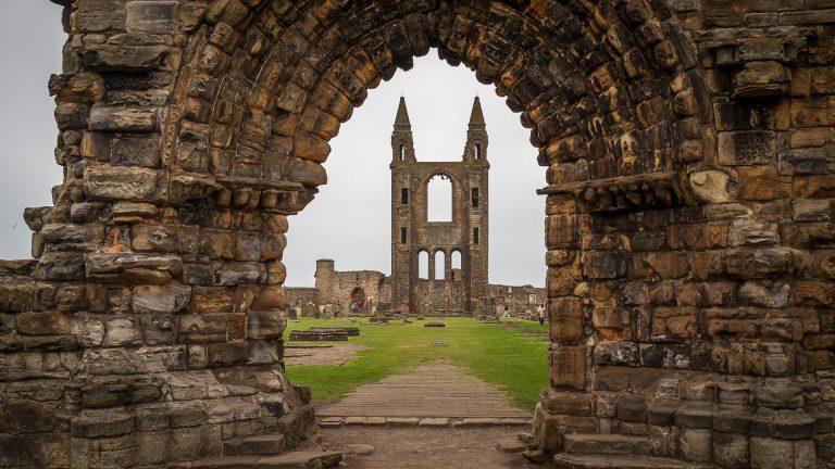 Der Eingang der St Andrews Cathedral