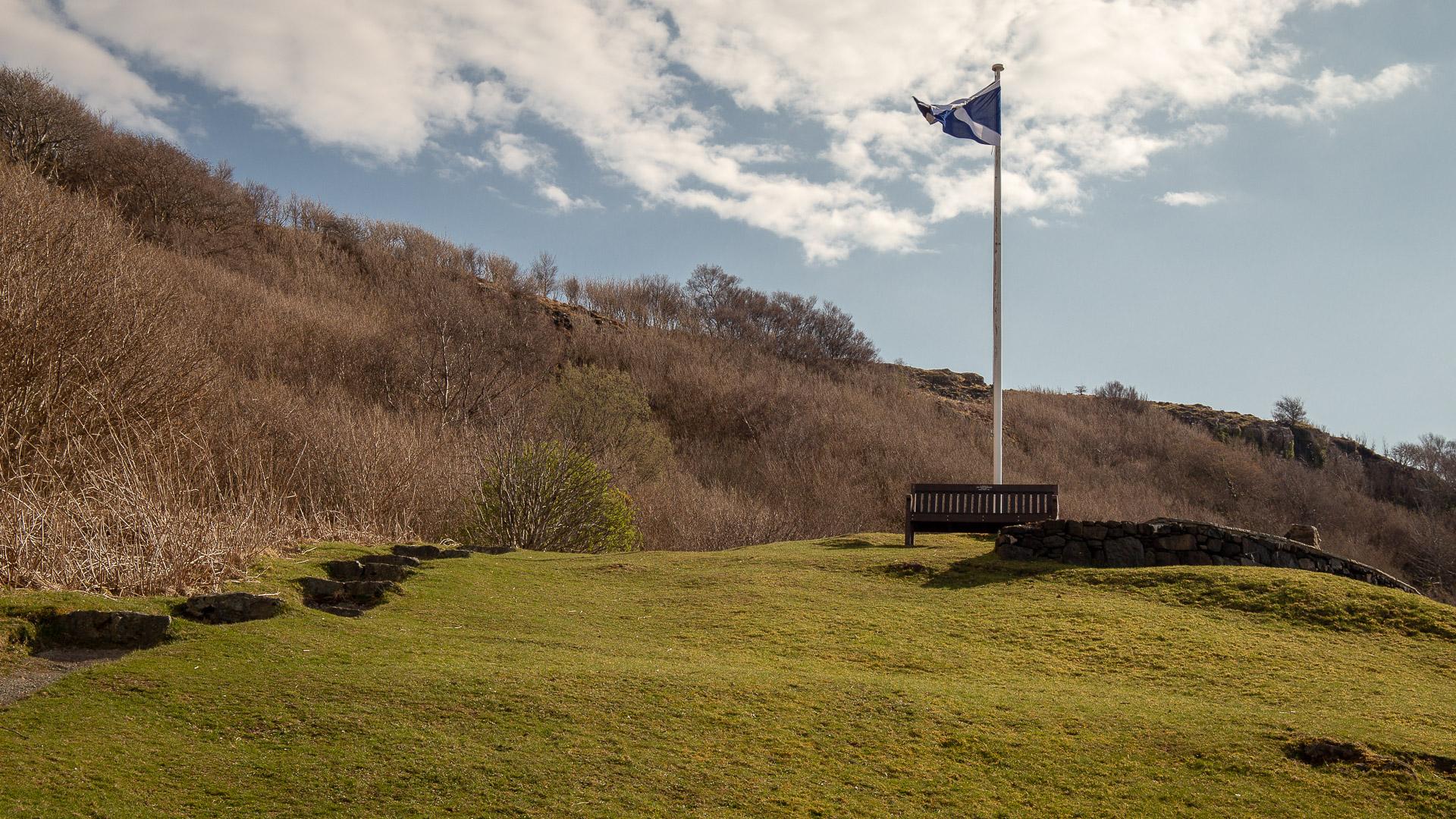 Schottlandflagge auf dem Hügel