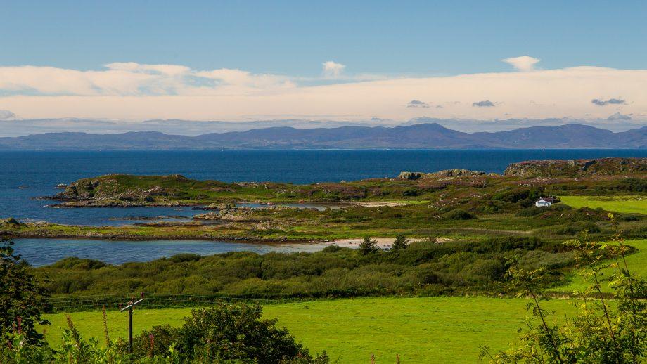 Blick vom Aussichtspunkt der Achamore Gardens hinüber nach Islay