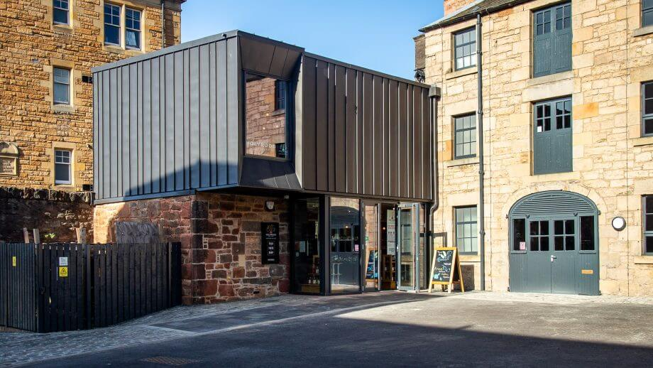 Das Gebäude der Holyrood Distillery in Edinburgh