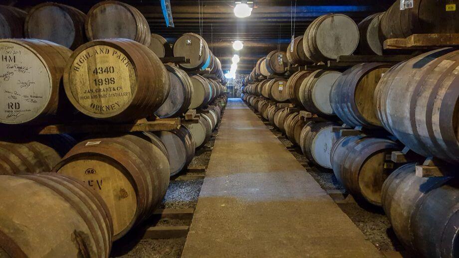 Fässer im Lager der Highland Park Distillery