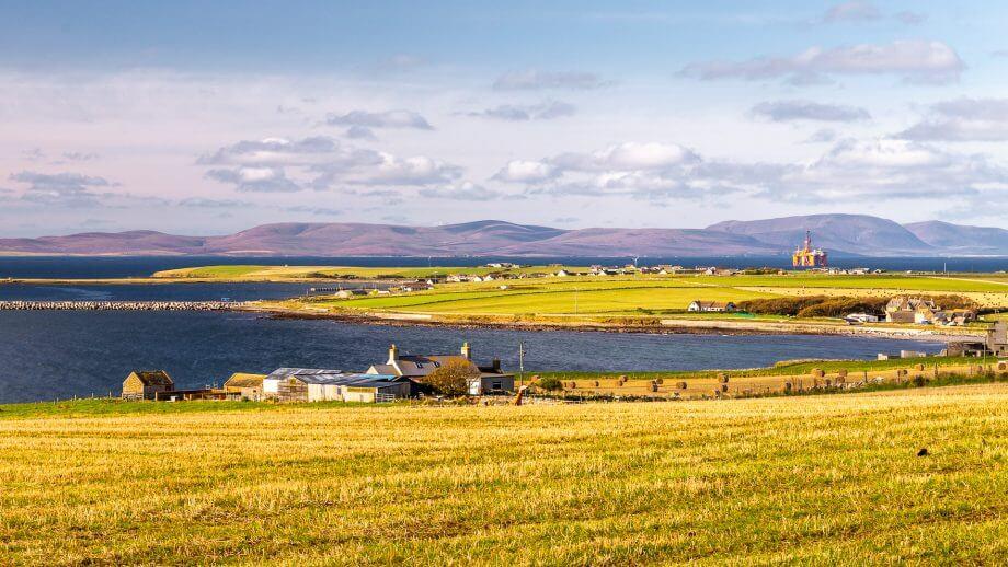 Im Hintergrund Hoy, davor der Naturhafen Scapa Flow