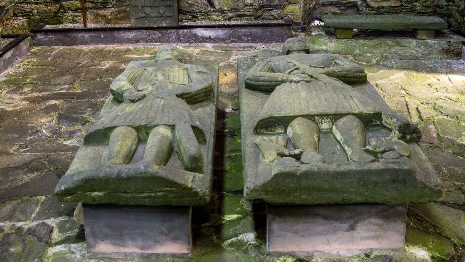 Grabplatten mit Kriegern