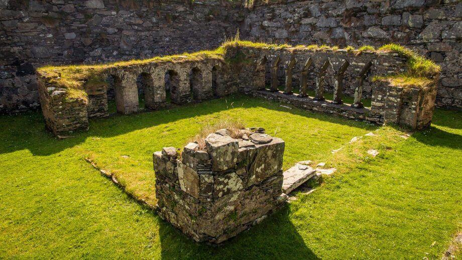 Überreste des Kreuzgangs der Oronsay Priory