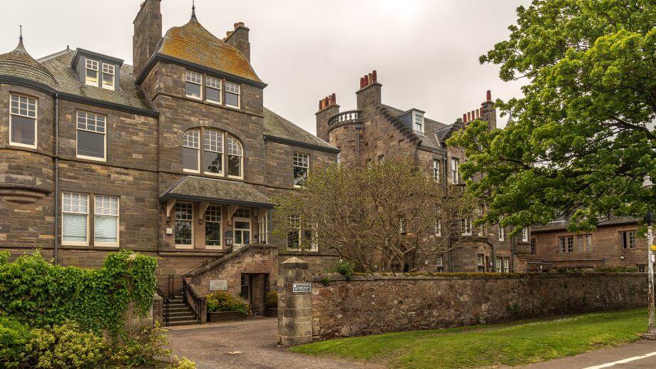 Im Castle House residiert die School of English