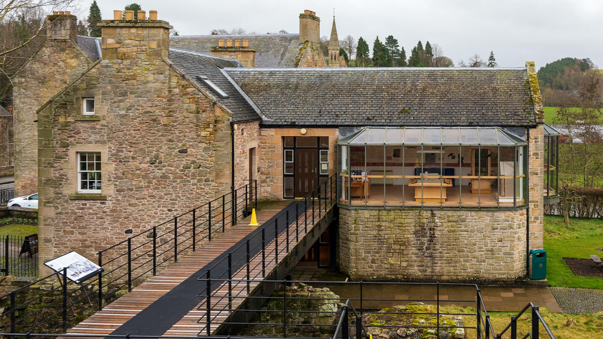 Der Weg zur Abbey führt durch das kleine Museum