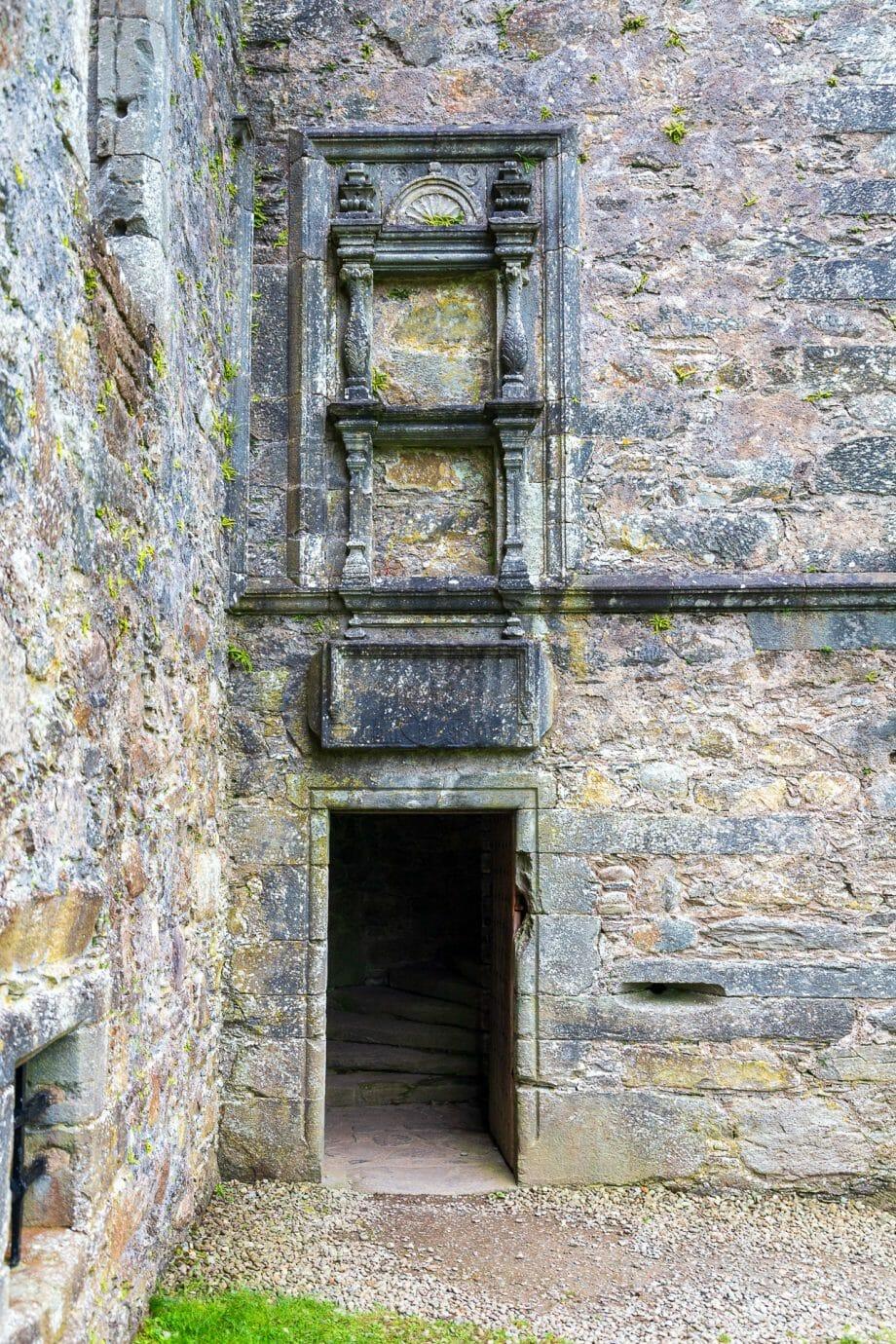Über der Tür prangten einst bunte Wappen