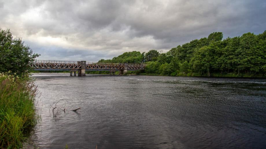 Der River Lochy fließt hinter der Burg