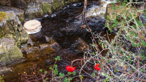 Eine Schaumkrone dreht sich am Wasserfall