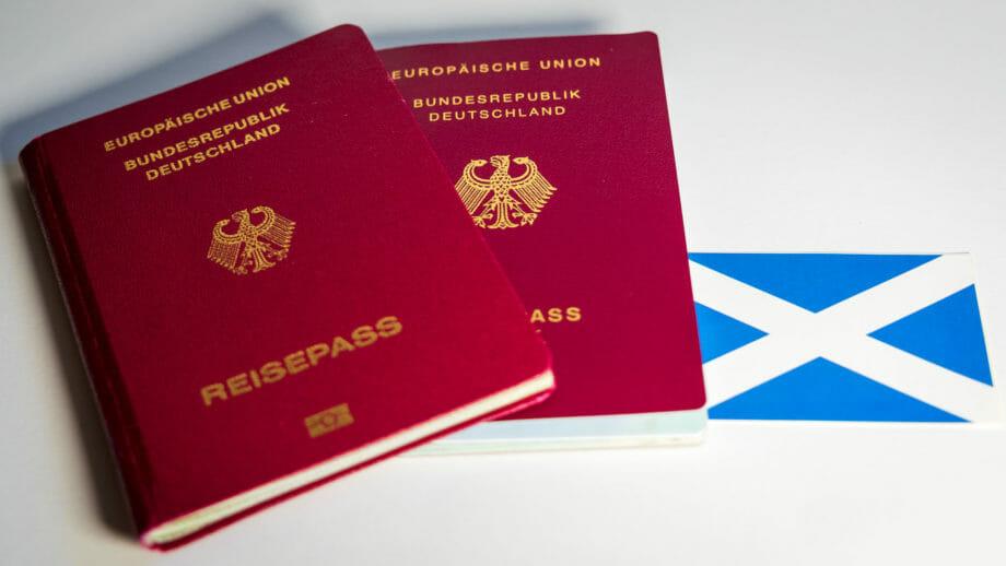Deutsche Reisepässe und schottische Flagge