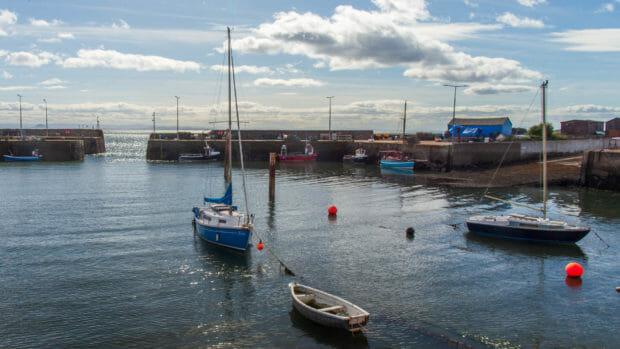 Der Hafen und die Hafenausfahrt von St Monans