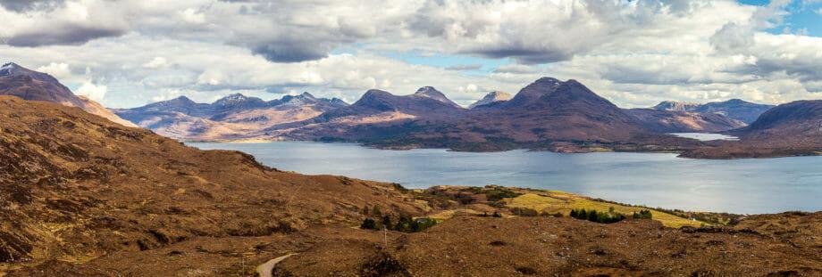 Blick auf die Landschaft gegenüber des Bealach na Gaoithe